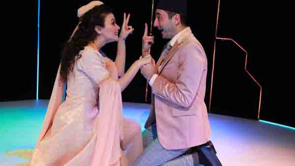 Мухаммет Узунер и Арзу Гамзе Кылынч на сцене театра