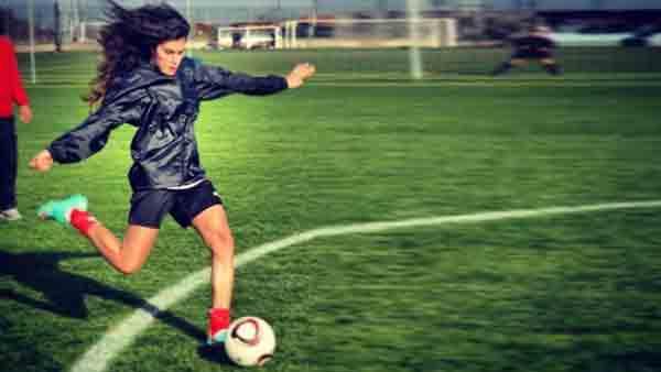 Серенай Акташ играет в футбол